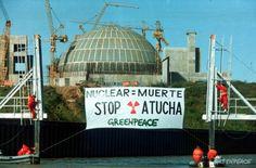 1992 Primera acción del Rainbow Warrior en Latinoamérica. Desplegamos un cartel en contra de la continuidad de la construcción de la planta nuclear Atucha, Lima, Bs As. El barco insignia de Greenpeace luego de pasar por Argentina, participó de la Eco 92 –la importante Cumbre de la Tierra- en Río de Janeiro, Brasil.