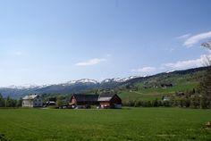 Austigard Holte ligger vakkert til med enda snøkledde Trønsdalhøgfjellet og Skåkleiva bak.