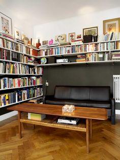A corner book shelfe