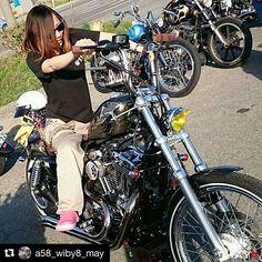 """from Instagram of """"garage_ace"""" 🍜 おはようございます☀ ♪ やっと天気良くなってきましたね☀️✨ ♪ こんな日にピッタリな写真をpost😁👍 この前のオワイナイトで念願のマタガリーナして貰いました😆👍✨ ♪ メイちゃんの凄いとこ❗️ 有言実行など沢山あり過ぎますが😂💨 マタガリーナで色んな人のバイクを跨ってはそれぞれに、ちゃんとコメントをしてくれてるって凄いと思いました🤔✨ ♪ #Repost @a58_wiby8_may (@get_repost) ・・・ 🐎 フォロワーサンのバイクに跨がらせてもらっちゃおう!第10弾(๑•̀∀•́ฅ @garage_ace サンの相棒🐎 ご自身で色々カスタムされてる素敵なバイク♥ マフラーエンドも個性的なワンオフマフラーで音も良く、タンクとフェンダーも光輝くラメ入りなのがまた魅力的♥ 地面から直角に上がっているハンドルにはドリンクフォルダーが♥ 大きいバイクなのに、えーすサンが乗るとコンパクトに見えますが、また跨がってる姿がとてもカッコ良かったです♥…"""