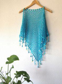 Chal turquesa con flecos tejidos y terminados en bodoques en colores pastel