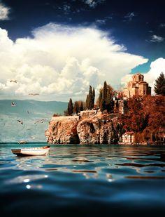 Lago Ohrid, se extiende a lo largo de la frontera montañosa entre el suroeste de Macedonia y el este de Albania.