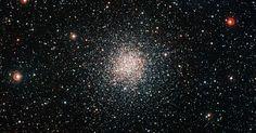 O telescópio do Observatório Europeu do Sul, no Chile, captou uma nova imagem do aglomerado globular NGC 6362, uma espécie de esfera brilhante de estrelas. Junto com um registro do telescópio Hubble, a composição dá a melhor visão já obtida até hoje desse objeto pouco conhecido.Os aglomerados globulares são compostos por milhares de estrelas muito antigas, mas também podem conter algumas que parecem mais jovens. Eles estão entre os objetos mais antigos do Universo