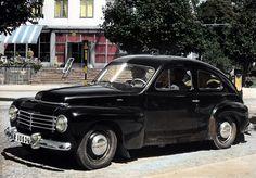 """1950'lerden itibaren otomobil yalnızca ABD ve birkaç Avrupa ülkesinin """"oyuncağı"""" olmaktan çıkar. Önceden izole bir pazara sahip olan İsveç 1947'de Volvo PV 444 modeliyle uluslararası pazara açılan ilk otomobilini yapar. Bunu yine İsveçli otomobil üreticisi Saab izler. ABD ve Avrupalı otomobil üreticileri güneydeki ülkelere, özellikle Latin Amerika'ya yayılarak yeni fabrikalar açar..."""