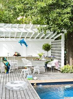 If you are a happy owner of a pool, build a deck or a pool cabana to spend time even better by the pool. What's the advantage of a cabana or pergola? Pool Cabana, My Pool, Pergola Designs, Pool Designs, Outdoor Tub, Outdoor Decor, Cabana Decor, Tropical Pool, Modern Pools