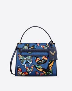 €2200 Valentino.Are you looking for Valentino Garavani My Rockstud Single Handle Bag? Find out all the details at Valentino Online Boutique and shop designer icons to wear.