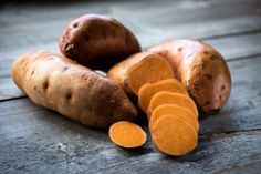 There are numerous different ways of cooking sweet potatoes, but which is the most nutritious? Find out in this informative video. Raw Sweet Potato, Sweet Potato Recipes Healthy, Sweet Potato Muffins, Diabetic Recipes, Healthy Recipes, Delicious Recipes, Best Muscle Building Foods, Foods For Healthy Skin, Healthy Teeth