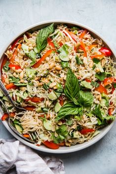 Tossed with a rainbow of crunchy vegetables, these Asian-inspired, twirly cold sesame noodles are a summertime staple. Heart Healthy Recipes, Healthy Salad Recipes, Healthy Life, Clean Eating Recipes, Cooking Recipes, Drink Recipes, Best Summer Salads, Summer Recipes, Ramen Noodle Salad