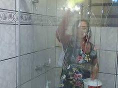 Veja dicas para deixar o box do banheiro sempre limpo  A receita para fazer uma limpeza correta é:  Em uma bacia coloque:  1 colher de sabão em pó 2 colheres de bicarbonato 1 colher de