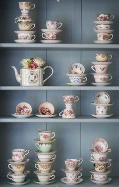 Teapot/teacups/saucers