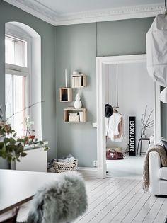 Un appartement suédois aux jolis murs vert-de-gris et aux bonnes idées d'aménagement. A Swedish apartment with nice green-grey walls ...