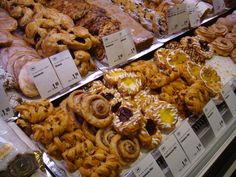 Berlin, Deutschland, Ku'damm (Kurfürstendamm): KaDeWe food hall pastries