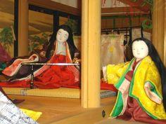"""京都市下京区にある風俗博物館のこと。四季のかさねの色目に見る平安王朝の美意識に引き続き、2010年3月に撮影した風俗博物館の展示の様子です。寝殿西廂では『年中行事絵巻』(12世紀後半)より「平安四季絵巻~水無月六月祓~」の場面が展示されていました。<博物館レジュメより>""""祓(はらえ)とは、罪穢れを除去することで、無意識の間に犯した神への罪を祓うために、毎年六月と十二月の晦日(みそか)に行われていたもので、特に六月の禊祓(みそぎはらえ)を「六月祓(みなづきのはらえ)」もしくは「夏越祓(なこしのはらえ)」といった。""""「人形(ひとがた)」""""罪や穢れを人形に移して、使用後水に流し、穢れをはらうもの""""。写真左側:「解縄(ときなわ)」""""人形と同様の意味で、左右に縒られた木綿(ゆう)<穀(かち)や楮(こうぞ)の木の皮>を、片...【京都・風俗博物館~よみがえる源氏物語の世界~】2010年3月撮影六月祓(みなづきのはらえ) Heian Era, Heian Period, Japanese Art, This Is Us, Folk, Things To Come, Culture, Female, Architecture"""