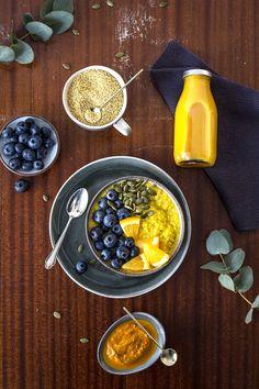 gesunder glutenfreier Kurkuma Porridge mit selbstgemachter Golden Milk und ohne raffinierten Zucker! Ein leckerer Hirseporridge mit Orange und selbstgemachter Kurkuma Paste von freiknuspern
