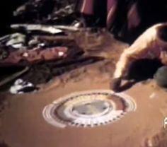 La produzione di una pittura di sabbia, da parte di stregoni navajo, nel  1949. Il disegno, a differenza della pittura di Pollock, è molto ordinato poichè riporta ad ordine le forze del caos che ostacolano l'umanità in un percorso di serenità esistenziale