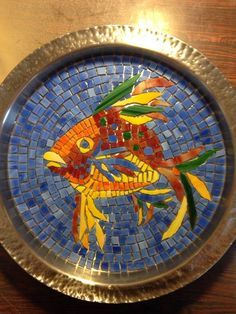 Splatt Studios work in progress. Mosaic fish on a stainless steel platter. Mosaic Birdbath, Mosaic Tray, Wood Mosaic, Mosaic Garden, Mosaic Art Projects, Mosaic Ideas, Mosaic Animals, Garden Stepping Stones, Plate Art