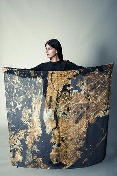 Fotos da Estação Espacial Internacional viram estampas para lenços de seda. A ideia é da marca Slow Factory que transformou fotografias da NASA em estilo.