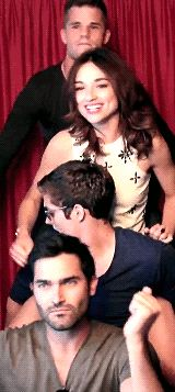 Teen Wolf - Tyler Hoechlin, Daniel Sharman, Crystal Reed, and Charlie Carver is it just me or does she look extremely happy to be in a photo booth with a room full of guys Dylan O'brien, Teen Wolf Dylan, Teen Wolf Cast, Funny People Movie, Funny Photos Of People, Tyler Posey, Mtv, Meninos Teen Wolf, Charlie Carver