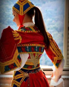 Sardinian People, Straw Art, Italian Outfits, Europe Fashion, Religious Art, World Cultures, Traditional Dresses, Diy Clothes, Beautiful Women