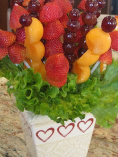 DIY Fruit Bouquet - How to make this party centerpiece or any occasion gift. Edible Fruit Arrangements, Edible Bouquets, Edible Centerpieces, Fruit Juice Recipes, Fruit Drinks, Fruit Creations, Fruit Displays, Best Fruits, Food Presentation