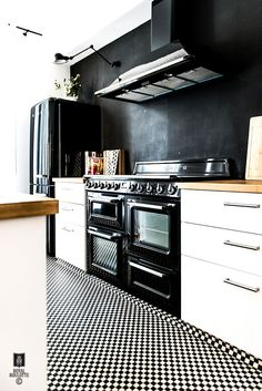 Kitchen with black walls, oven and smeg fridge in a fabulous home in Fontainbleu, France. Smeg Kitchen, Smeg Fridge, Kitchen Floors, Kitchen Wood, Kitchen Appliances, Home Interior, Kitchen Interior, Kitchen Decor, Decorating Kitchen