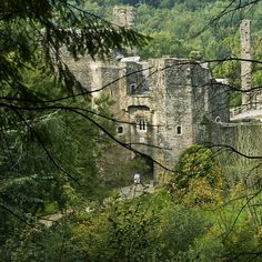 The romantic ruin of Berry Pomeroy Castle is tucked away in a steep wooded valley. Behind 15th-century defences lies the Elizabethan and Jacobean mansion of the Seymours. Intended to be the grandest of all homes in Devon, it was never finished and was abandoned by 1700.