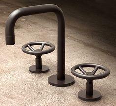 """Le fabricant de robinetterie new-yorkais Watermark Designs propose le """"Brooklyn BK1"""", un robinet de style industriel aux commandes en forme de robinet vanne. Réalisé en laiton, il est disponible en 35 finitions, dont un finition patinée...."""