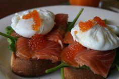 Recette de toasts aux œufs de caille poché et au saumon fumé pour un apéritif tout en douceur.  Pour une cuisson correcte de vos œufs de caille pochés, ne dépassez pas 40 secondes et surtout plongez-les dans un saladier d'eau glacée.