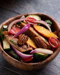 Bu ızgara şeftali yaz salatası seni yaz günlerinde çok güzel hissetirecek.Yapılışı ; 1. Balzamik sirke, zeytinyağı, bal, tuz ve biberi bir kaba ilave edin ve
