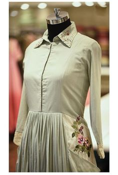 Beautiful detailing with embroidery,pocket,buttons,lace and buttons. Stylish Dresses, Women's Fashion Dresses, Casual Dresses, Dress Neck Designs, Blouse Designs, Diy Clothes Design, Crop Dress, Kurta Designs Women, Kamiz