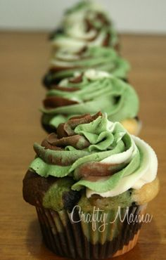 Dark Chocolate and White Chocolate Camo Cupcakes. Yay, cupcakes for the men in our lives. Wouldn't use cake mix, but love the idea! Cupcake Recipes, Cupcake Cakes, Dessert Recipes, Kid Cakes, Cupcake Ideas, Yummy Treats, Sweet Treats, Yummy Food, Camouflage Cupcakes