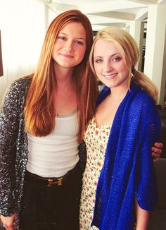 Bonnie Wright (Ginny Weasley) and Evanna Lynch (Luna Lovegood). Images Harry Potter, Art Harry Potter, Fans D'harry Potter, Mundo Harry Potter, James Potter, Harry Potter Universal, Harry Potter Fandom, Harry Potter Characters, Bonnie Wright