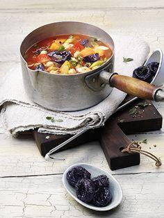 Kochen Sie einen deftigen Eintopf in nur 30 Minuten! Kalifornische Trockenpflaumen, Kichererbsen und verschiedene Gemüse sind ein herzhafter Genuss, der Sie nicht nur satt, sondern auch zufrieden macht.