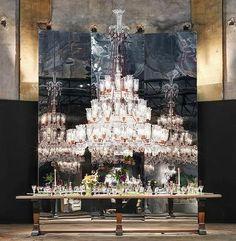 Imagens da instalação feita pela Baccarat em Milão, em uma igreja do século V, em comemoração aos 250 anos da marca (DIVULGAÇÃO)