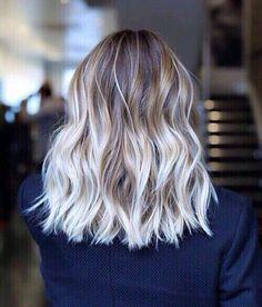 Cheveux ondulés, courts, éclaircis aux pointes #GrCreative #ShortHair #Hair…