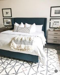 Ok I want to transport this whole room to be my bedroom Navy Master Bedroom, Bedroom Modern, Master Bedroom Color Ideas, Master Bedroom Furniture Ideas, Bedroom Inspo Grey, White Comforter Bedroom, Navy Bedroom Decor, Charcoal Bedroom, Navy Blue Bedrooms