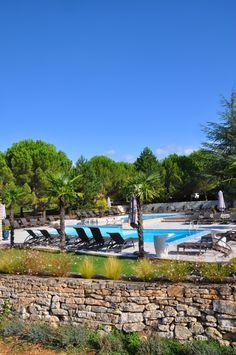 Magnifique photo de l'espace #piscine. #blue #sky #pool #transat #palmier #nature #provence #gard #ardeche #barjac #campagne #paix #paysage #summer #holidays #vacances #luxe #life