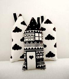 Almohadoncitos HAUS Lona de algodón color crudo estampada con serigrafia en color negro.