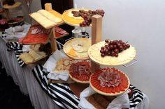 platones de quesos y carnes frias