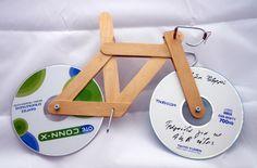 bicicleta con CD y palitos de helado.