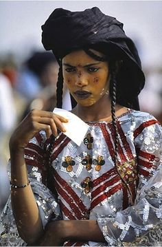 The Male Beauty Contest of the Sahara Desert - The Wodaabe women, considered to be the most beautiful in Western Africa, spectate and judge from a - African Beauty, African Women, African Fashion, Ethnic Fashion, African Girl, African Tribes, Ethno Style, Steve Mccurry, Beauty Contest