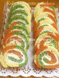 Tricolor Appetizer Roulade with cream cheese ~ Culorile din farfurie Appetizer Plates, Appetizer Recipes, Food N, Food And Drink, Feta Salat, Potluck Dishes, Romanian Food, Cooking Recipes, Healthy Recipes