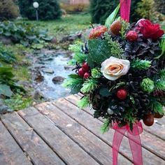 Декоративный шар ручной работы из натуральных сосновых шишек и искусственной хвои