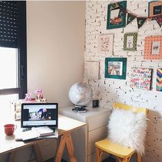 WEBSTA @ ahlaemcasa - E o home office @deleedelablog não fica pra trás no quesito fofura, com o detalhe lindo da parede de tijolinhos pintada de branco e com essa super composição de quadros/molduras/bandeirolas ☺️ #ahlaemcasa #homeoffice #tijolinho