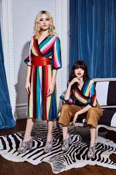 See the complete Alice + Olivia Resort 2018 collection.