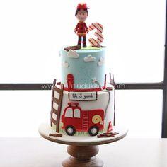 Firefighter Birthday Cakes, Truck Birthday Cakes, Fireman Birthday, Fireman Party, Little Boy Cakes, Baby Boy Cakes, Cakes For Boys, Fire Engine Cake, Fireman Sam Cake