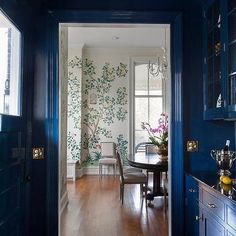 Chic blue butler's pantry features blue upper cabinets fitted with glass door and blue lower cabinets topped with a black countertop. Kitchen Colour Schemes, Kitchen Colors, Kitchen Ideas, Gray Quartz Countertops, Sister Home, Blue Painted Walls, Maximalist Interior, Kitchen Designs Photos, Blue Ceilings