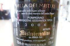 """2. """"Reverso"""" de la etiqueta del vino VILLA DEI MISTERI de las viñas de POMPEYA, Teresa Ochagavía."""