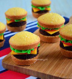 hamburger cupcakes, leuke traktatie en snel te maken! Door LaurasBakery