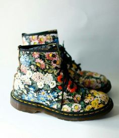 Vintage Dr Doc Martens Floral Flower Grunge Boots - oh i'd love to have a pair of these right now Crazy Shoes, Me Too Shoes, Dream Shoes, Dr. Martens, Doc Martens Floral, Estilo Floral, Grunge Boots, Outfits Niños, Mode Shoes